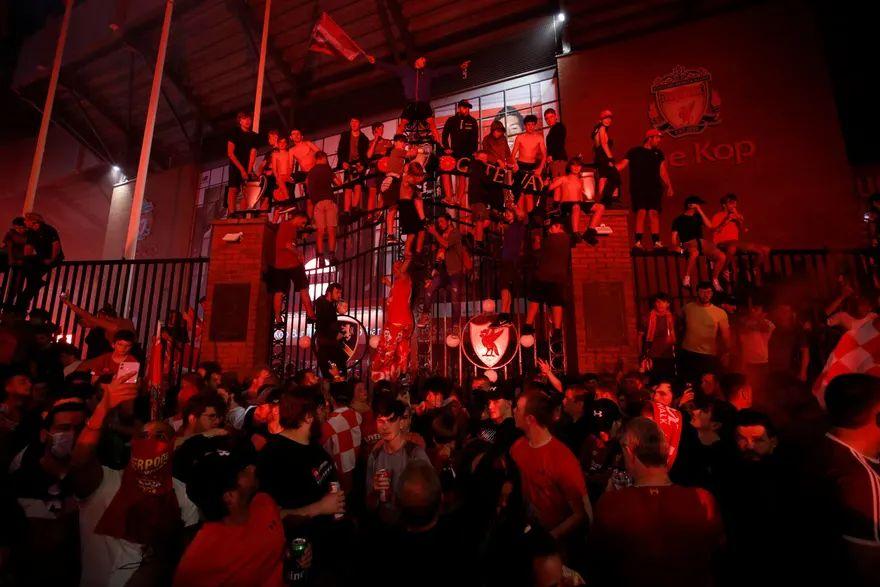 """, """"Κάηκε"""" το Λίβερπουλ: Το ολονύχτιο πάρτι και τα δάκρυα του Κλοπ (φωτο & βίντεο)"""