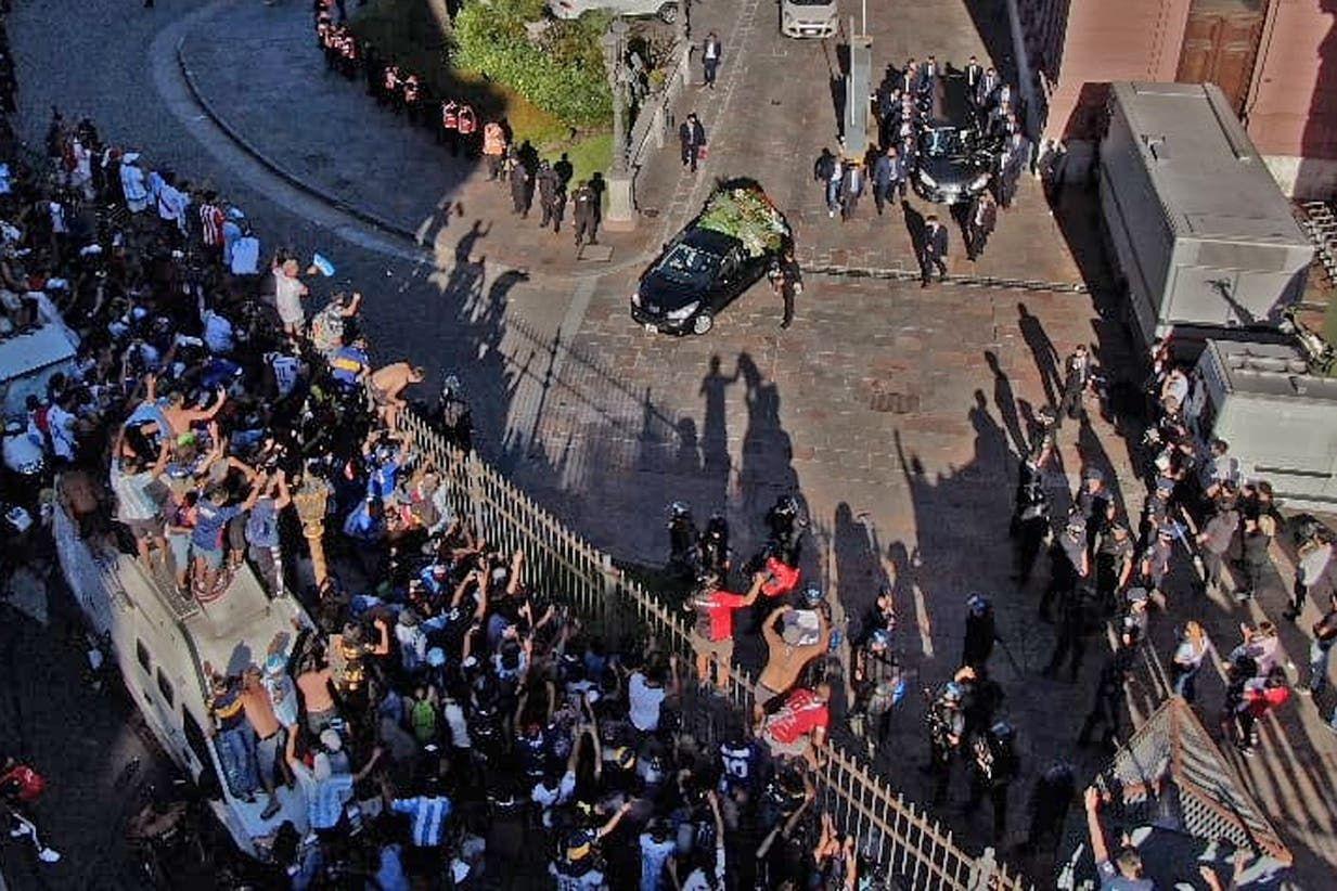 , Μαραντόνα: Διεκόπη οριστικά το λαϊκό προσκύνημα στην σορό, πομπή προς το νεκροταφείο (βίντεο)