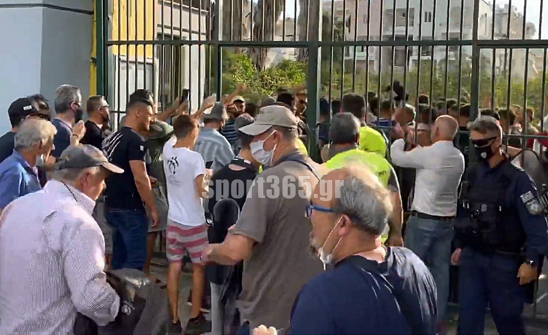 """, Μαύρη Θύελλα: Κόσμος και ποδοσφαιριστές πανηγύρισαν μαζί το χρυσό τρίποντο- Σήκωσαν στα χέρια τον """"Αναστο""""! (video)"""