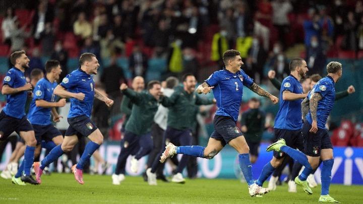 , EURO 2020: Οι τρελοί πανηγυρισμοί των Ιταλών στα αποδυτήρια και η… βουτιά του Ντε Ρόσι (video)
