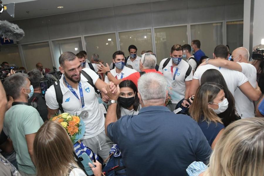 , Η αποθεωτική υποδοχή στους Ολυμπιονίκες μας της Εθνικής Ανδρών  – Συγκίνηση για Θοδωρή Βλάχο (φωτο & video)