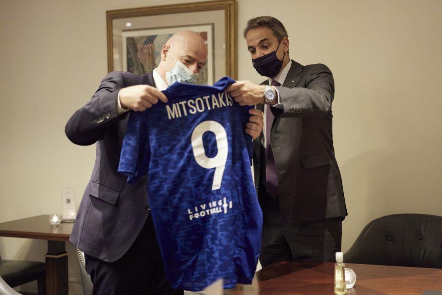 , Φανέλα με το νούμερο 9 έδωσε ο πρόεδρος της FIFA στον Μητσοτάκη – Συνάντηση στη Νέα Υόρκη (pics)